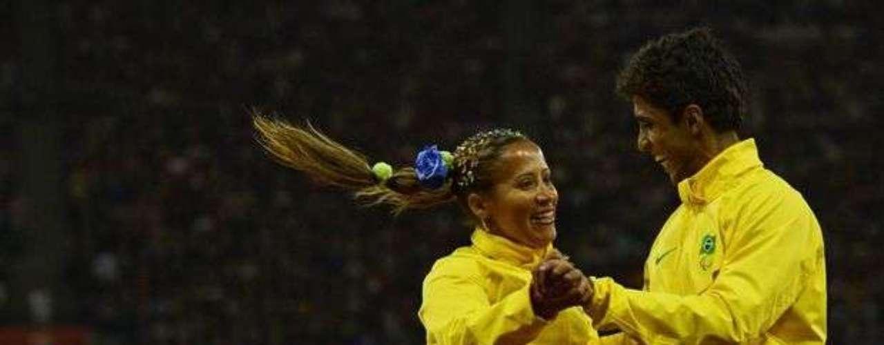 Terezinha Guilherme, medallista de oro, baila en el podio con su guía, emocionados con la conquista.