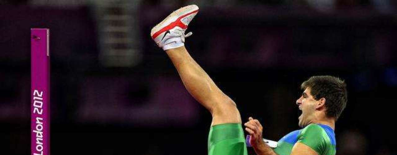 Un atleta brasileño ejecuta con tranquilidad el salto durante la prueba.