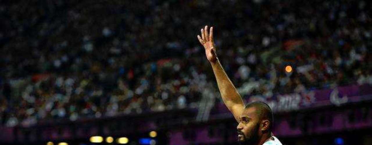 El deportista saluda al público que asistió al estadio para acompañar la prueba.
