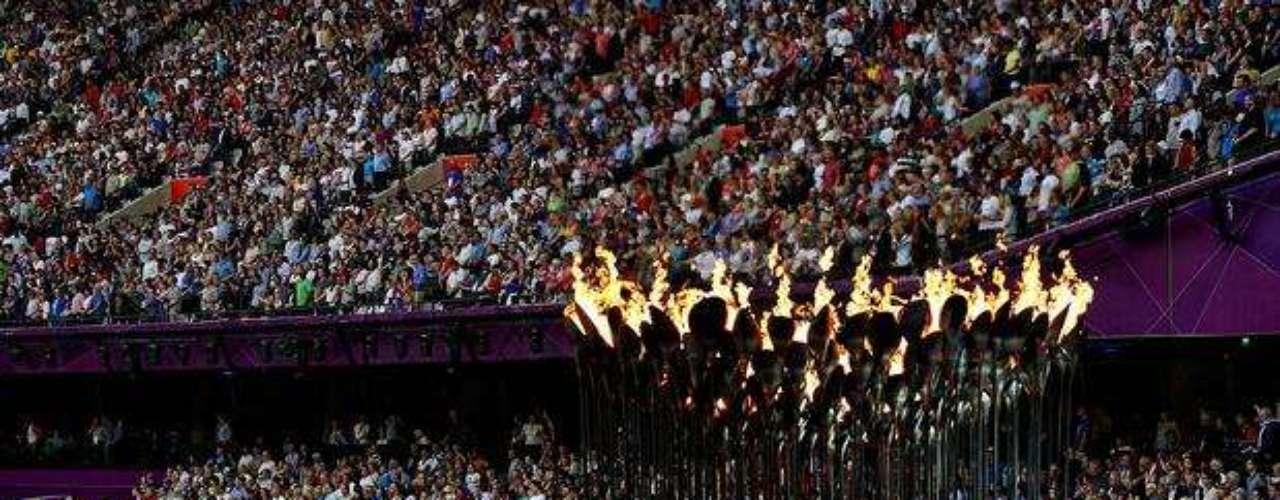 El fuego olímpico está ubicado en una de las entradas del estadio, en medio de las tribunas.