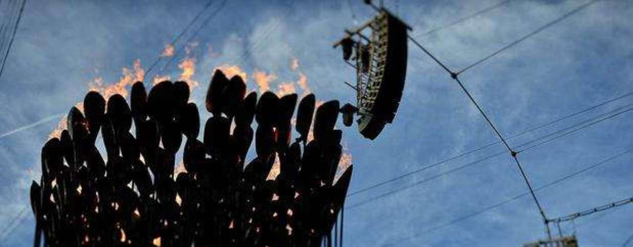 Visto desde de abajo, el pebetero olímpico parece una flor con pétalos de fuego.
