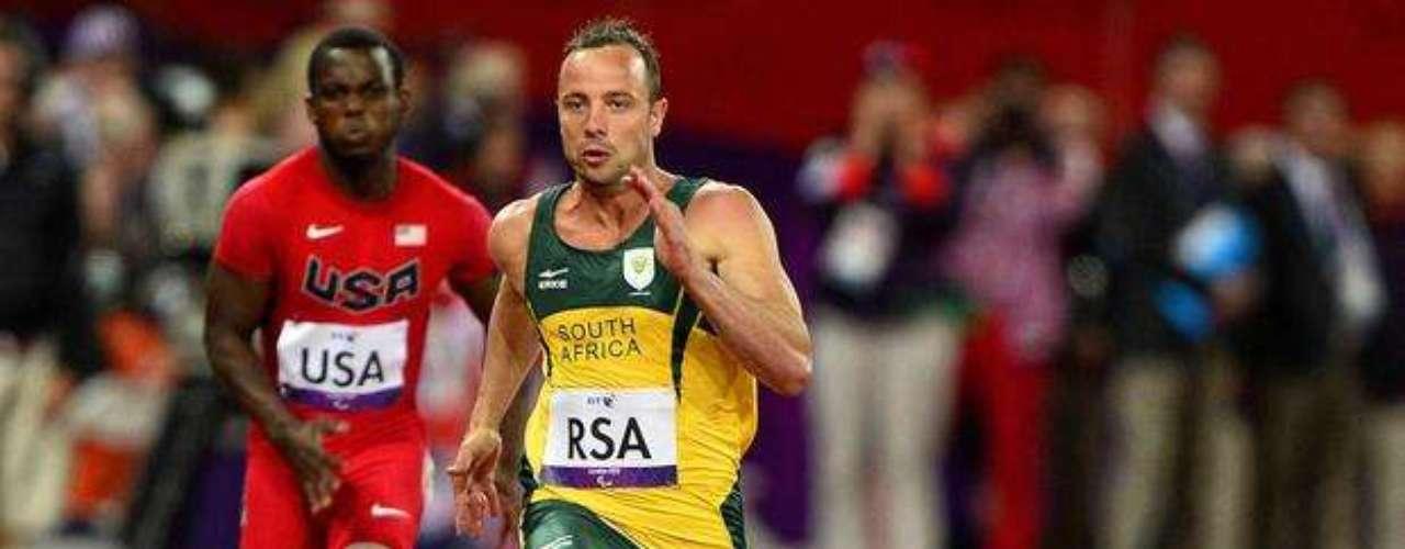 El sudafricano Oscar Pistorius participa de la eliminatoria de los 100 m y se clasifica a la final.