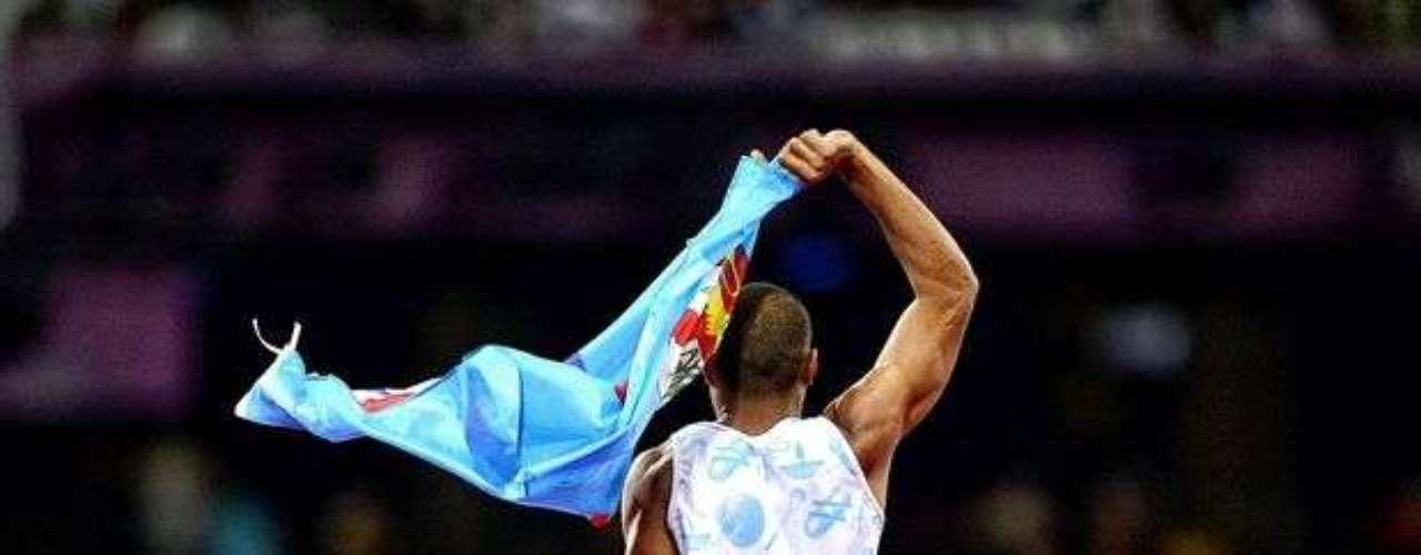 El fiyiano Iliesa Delana festeja la medalla de oro que logró en el salto de altura.