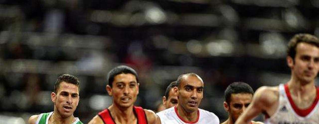 Varios deportistas disputan una de las pruebas de atletismo de los Juegos Paralímpicos.