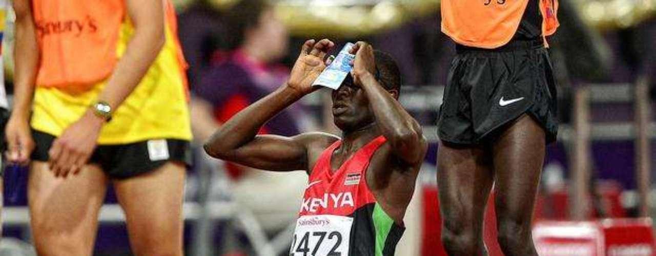 El keniano levanta una fotografía para agradecer la conquista.
