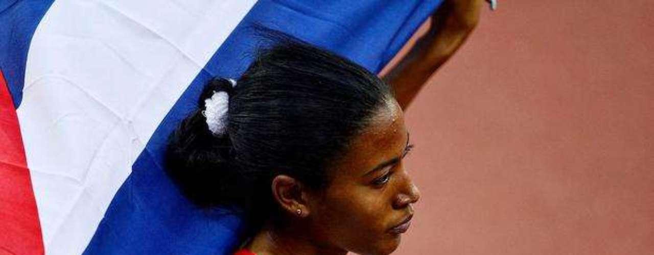 Esta deportista se viste con la bandera de su país para festejar el resultado de la prueba.