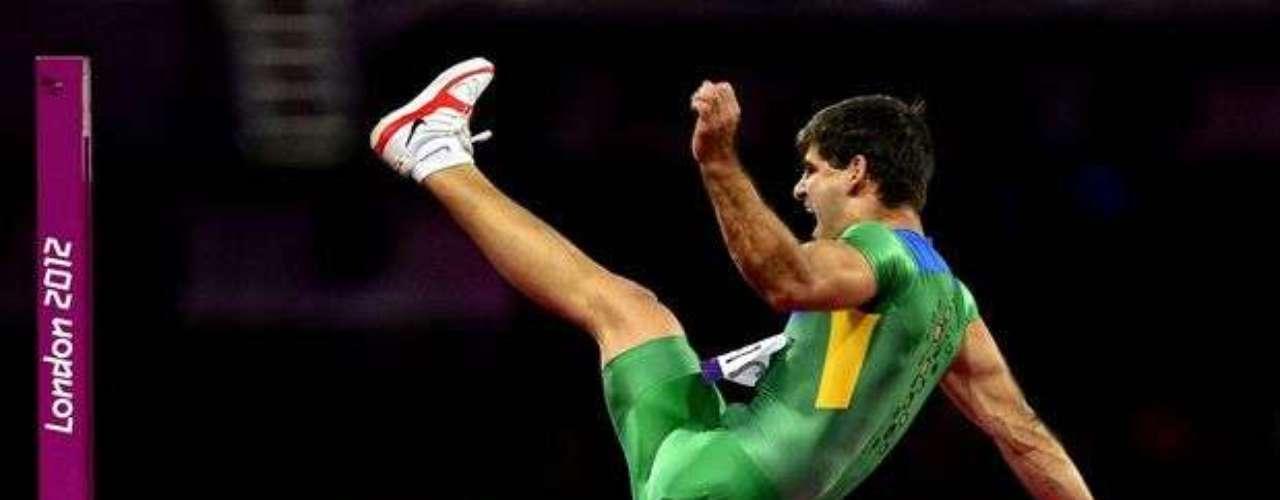 Este brasileño festeja al superar el listón durante una prueba de salto de altura.