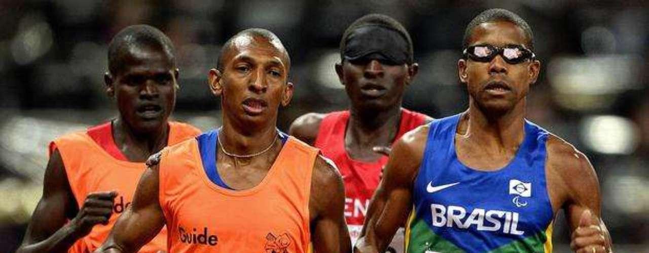Atletas con deficiencias visuales corren acompañados de sus guías.