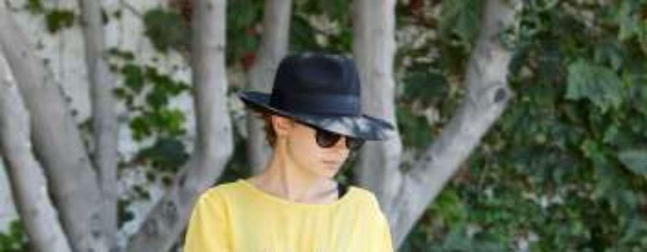 Nicole Richie combinó a la perfección sus prendas de color amarillo y negro.