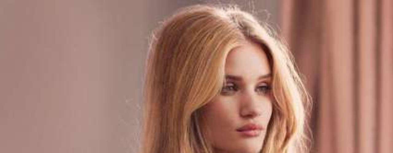 A sus 25 años, Rosie, que sale con Jason Statham, es una de las grandes top models mundiales. Desde hace un año es imagen de los grandes almacenes ingleses para los que ha participado también en su campaña de ropa íntima.