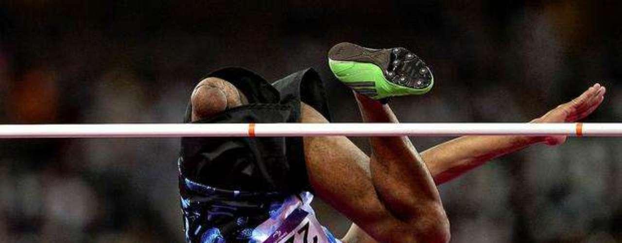 El ganador de la presea dorada, Iliesa Delana, de Fiyi, realiza la prueba de salto de altura.