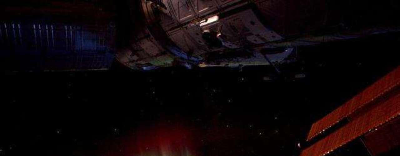 En esta Imagen el astronauta André Kuipers consigue juntar la aurora boreal y las luces de Reino Unido. En primero plano, aparece la isla de Irlanda y, al lado, Gran Bretaña. Al fondo de la imagen aún es posible notar el nacer del Sol. La fotografía fue tomada el día 28 de marzo y divulgada por el astronauta en septiembre.