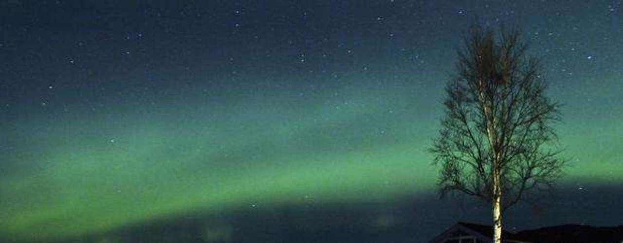 La aurora boreal es registrada cerca de la ciudad de Trondheim, en Noruega, en el mes de enero. Los astrónomos fueron en busca de una exhibición del fenómeno después  de la más poderosa tempestad solar en seis años.