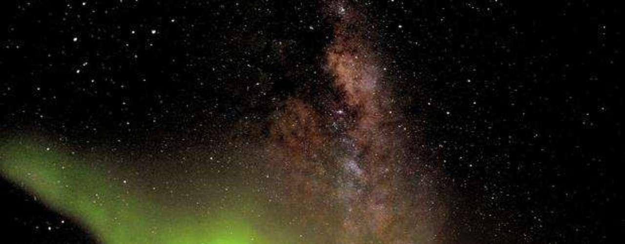 La Aurora Austral fue registrada en la estación Concordia, en la Antártida. El centro espacial, de la Agencia Espacial Europea (ESA), es usado para el estudio de los efectos del aislamiento en el cuerpo humano. Durante el invierno, los científicos casi no pueden salir del edificio; las temperaturas normales son de -51°C y llegó a registrar -8°C.