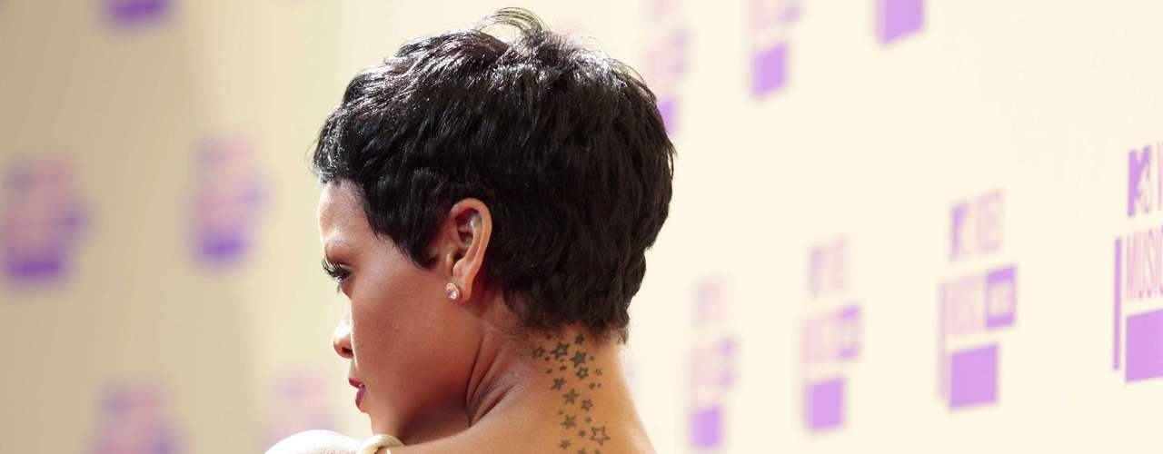 Siempre sexy y atrevida, Rihanna llegó a la alfombra roja de los MTV Video Music Awards luciendo nuevo look. La cantante decidió lucir sin sus características extensiones y con el cabello muy corto como en sus inicios. ¡Sea como sea, se ve guapísima!