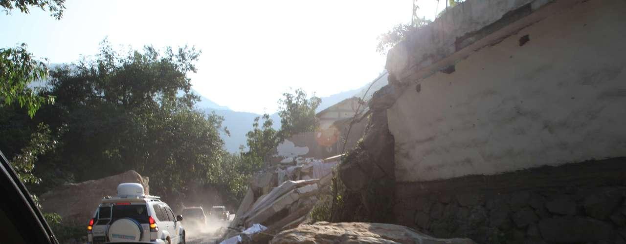 En Guizhou, según estos datos, dos personas quedaron heridas y más de 10.000 casas han quedado dañadas por los temblores de tierra.Las pérdidas económicas, según el Departamento de Servicios Sociales de Yunnan, alcanzan ya los 3.500 millones de yuanes (551 millones de dólares).