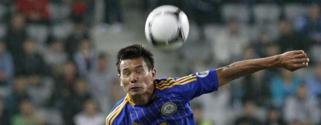Kazakhstan's Tanat Nusserbayev leaps above Ireland's John O'Shea .  REUTERS/Shamil Zhumatov