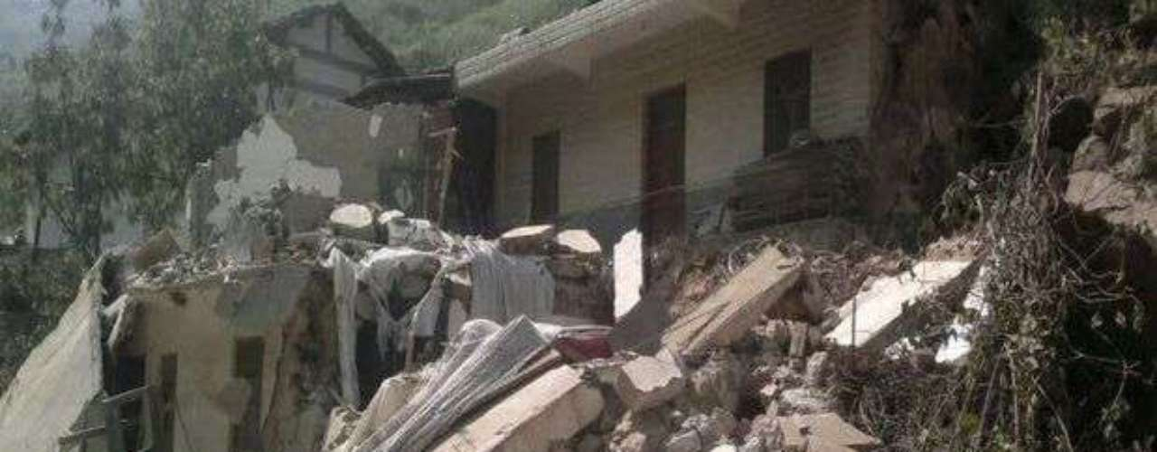 El seísmo, que fue seguido de hasta 16 réplicas, localizó su epicentro a unos 15 kilómetros del centro de Yiliang y a una profundidad de 14 kilómetros. Esa escasa profundidad, según los expertos, ha contribuido a dejar más destrucción.