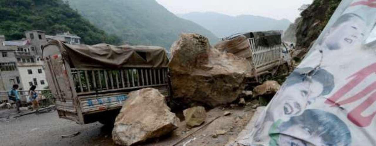 Ocho de los estudiantes quedaron atrapados entre los escombros y los maestros y aldeanos sólo pudieron rescatar con vida a cinco, agregó Zhou.