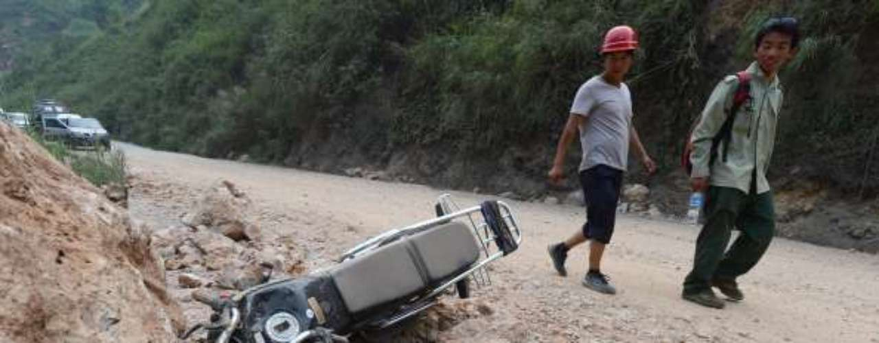 La televisión estatal china, CCTV, informó hoy de que se ha conseguido abrir una carretera de acceso a una de las zonas más afectadas, y que había quedado cerrada por una avalancha de rocas tras el seísmo en esta zona de montaña, dedicada a la minería y la agricultura.
