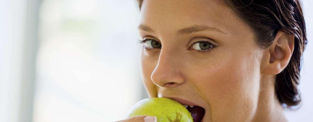 Te mantiene saciado. La fibra en las manzanas también hace con que te sientas saciado por más tiempo sin necesidad de consumir demasiadas calorías (95 una fruta mediana). Nuestro cuerpo tarda más en digerir fibras complejas que materiales simples como azúcar o cereales refinados. Cualquier alimento con al menos tres gramos de fibra es una buena fuente de nutrientes, ya que la mayoría de las personas debe consumir 25 a 40 gramos por día.