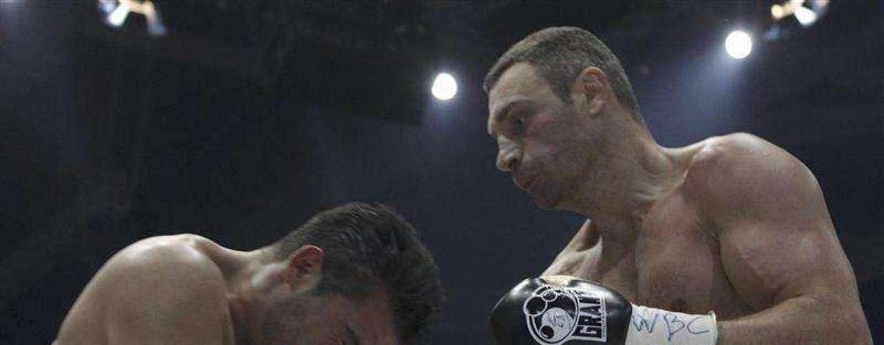El mayor de los Klitschko, Vitali, ocupa el número nueve en la lista. Se rumora que tras vencer al alemánManuel Charr, el ucraniano haya disputado su último combate.