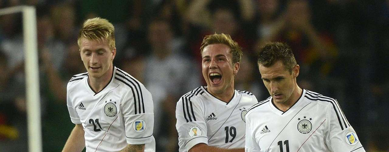 Germany's Mario Goetze (C) celebrates with his team mates Miroslav Klose (R) and Marco Reus (L) after scoring during their 2014 World Cup qualifying soccer match against Faroe Islands in Hanover, September 7, 2012.  REUTERS/Fabian Bimmer