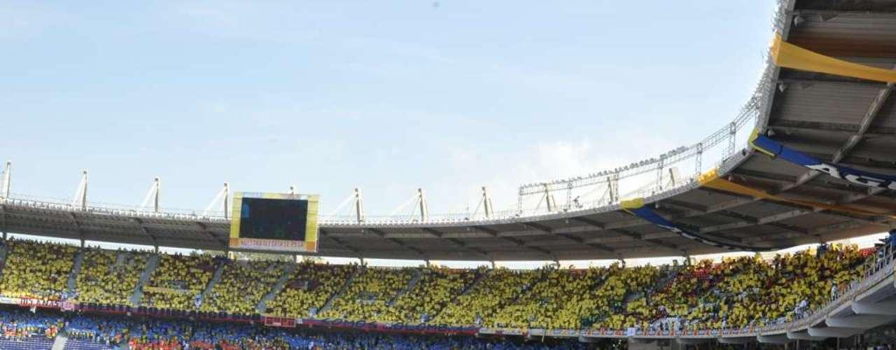 En la parte sur del estadio los fanáticos armaron una bandera de Colombia.