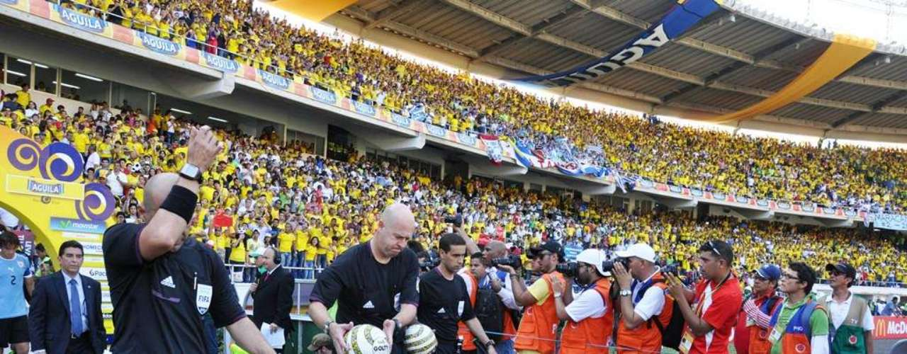 Los árbitros del encuentro, liderados por el brasileño Heber Lopes, cuando salieron al terreno de juego.