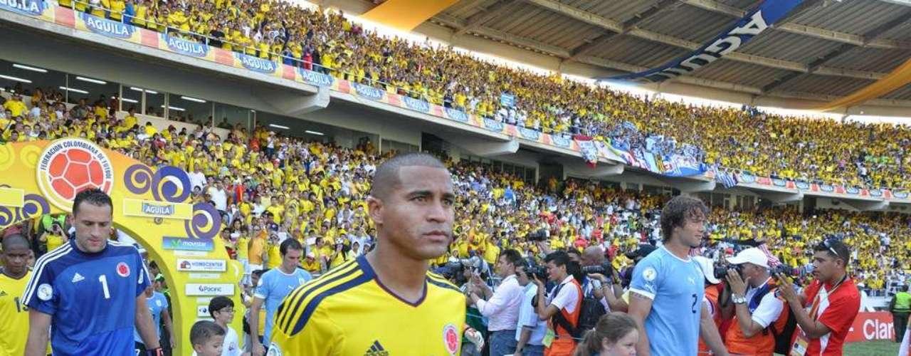 Macnelly Torres a la izquierda y Diego Lugano a la derecha, durante la salida FIFA.