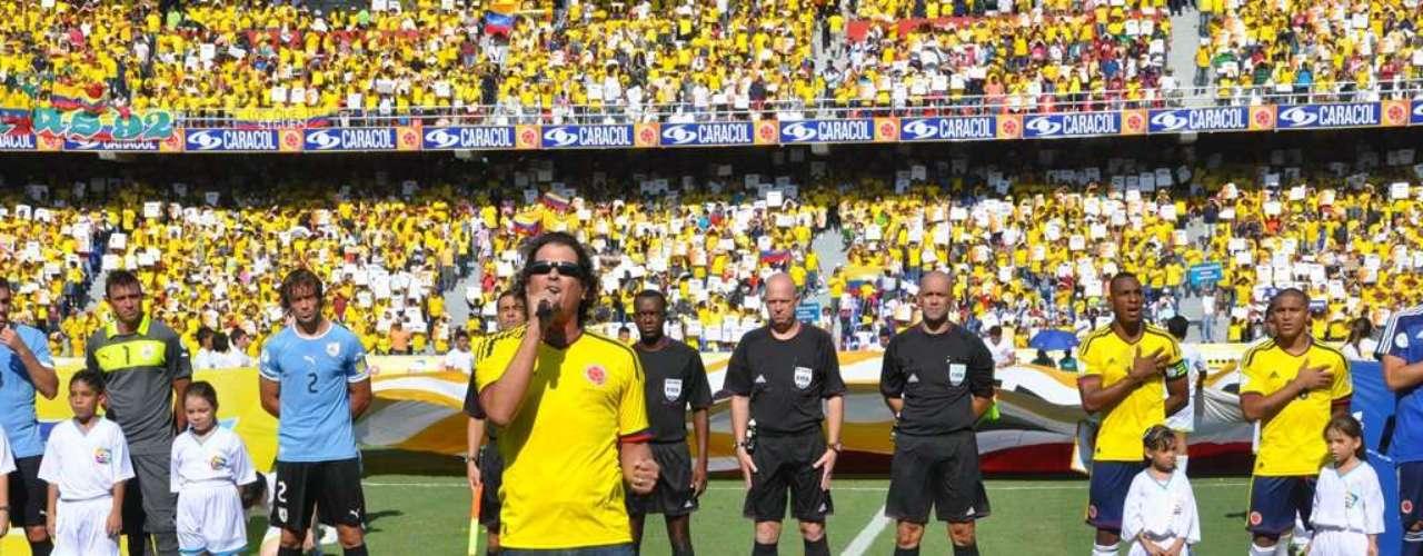 El encargado de cantar el himno de Colombia fue el samario Carlos Vives, ferviente hincha del fútbol.
