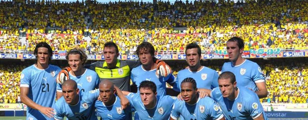 Los once titulares por Uruguay. Abajo, de izquierda a derecha: M. Pereira, Arévalo Ríos, Cristian Rodríguez, A. Pereira y D. Pérez. Arriba, de izquierda a derecha: Cavani, Forlán, Mulera, Lugano, Victorino y Godín.