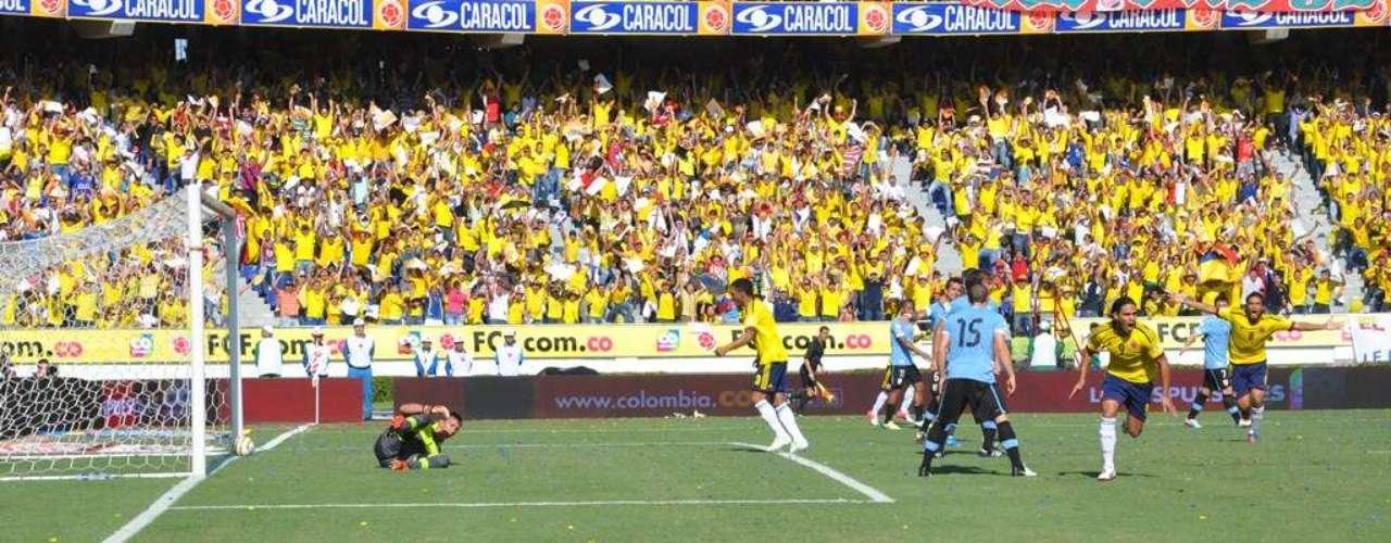 En primera instancia Abel Aguilar no pudo impactar el balón, pero atrás estaba Falcao, que le dio de primera con la pierna derecha.