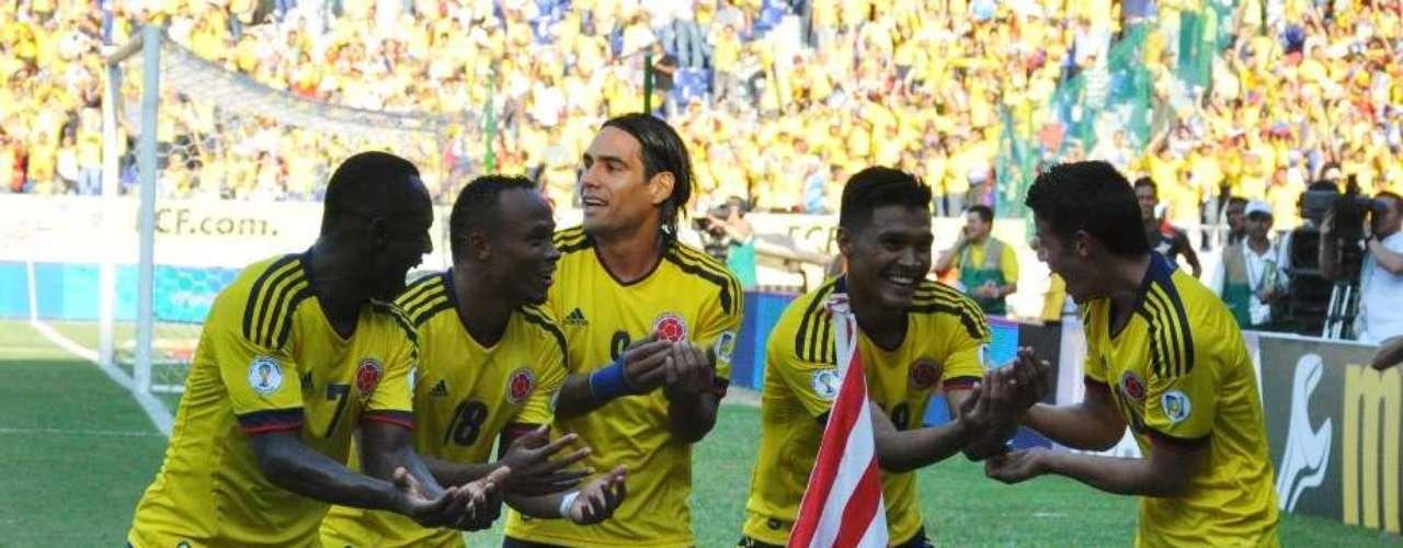 Falcao, Zuñiga, Armero y James se acercaron para festejar. Teo dedicó el gol a su hija.