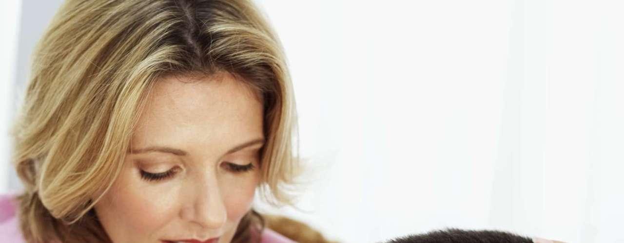Evita problemas respiratorios. Según la revista Heath, comer al menos cinco manzanas al día puede mejorar la función pulmonar. Probablemente gracias a un antioxidante llamado quercetina que se encuentra en la piel de las manzanas, cebollas y tomates, informó la BBC. Y los beneficios para la respiración no terminan allí: un estudio de 2007 descubrió que las mujeres que comen mucha fruta son menos propensas a tener niños con asma.
