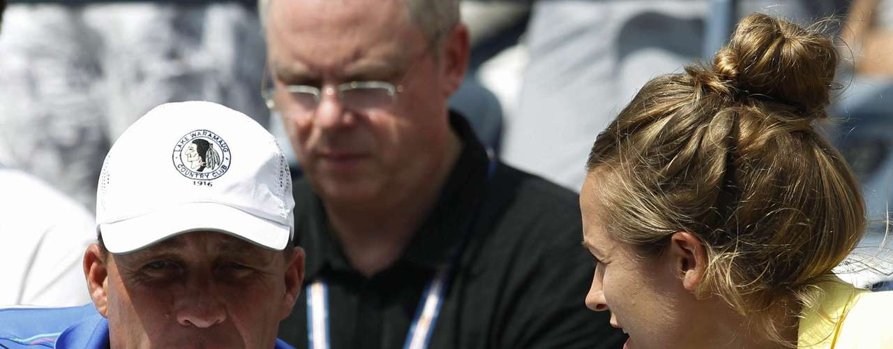 Andy Murray's coach Ivan Lendl (L) and girlfriend Kim Sears talk in the gallery.