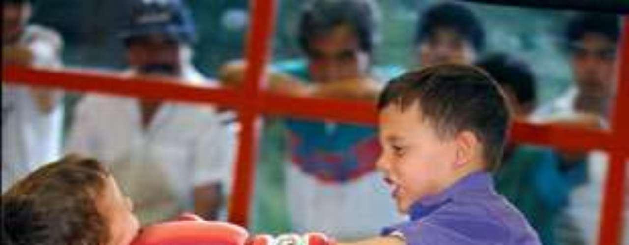 Para Julio César Chávez Jr. la pasión por el boxeo nació desde pequeño, aquí juega con su hermano Omar.