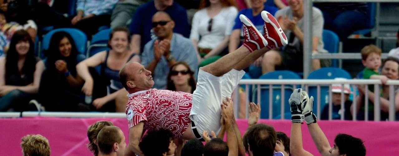 El equipo ruso lanza a su entrenador Avtandil Baramidze al aire en celebración por el oro.