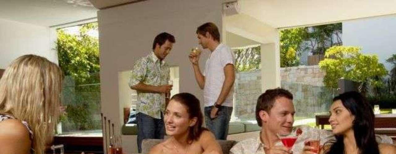 Fiesta de amigos: si el pretendiente te invitó para una fiesta, es que está obviamente atraído por ti y no le importa ser visto contigo. Las intenciones de él son tener un buen tiempo juntos y ver cómo se dan las cosas.