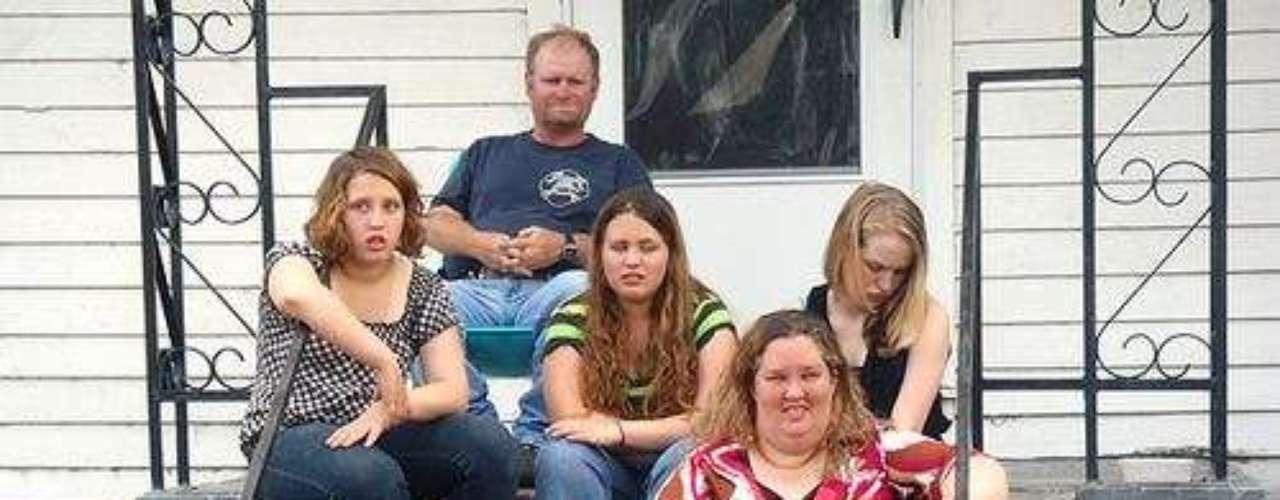 La familia de Alana 'Honey Boo Boo' está compuesta por su mamá, June, que cría a toda la familia, y está a punto de ser abuela con apenas 32 años, su papá Sugar Bear, y sus hermanas  Lauryn 'Pumpkin', de 12 años,  Jessica 'Chubbs', de 15 y Anna 'Chickadee', de 17, que está embarazada.