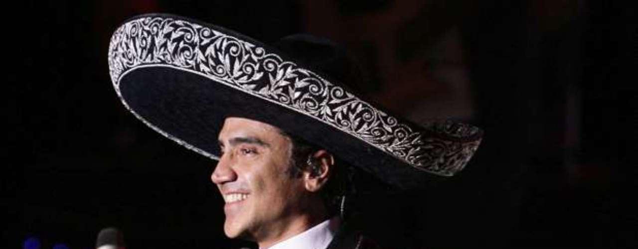 Alejandro Fernández, literalmente, derritió a las mexicanas, al hacer gala de su porte de galán vestido de charro, en un concierto ofrecido en la Arena VFG de Tlajomulco, estado de Jalisco, México, como parte de la gira que actualmente emprende para promocionar su producción discográfica \