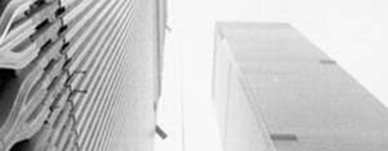 El diseño de Minoru Yamasaki , mostraba una plaza entre las dos torres. Los edificios fueron diseñados con ventanas estrechas de 45 cm de ancho, lo cual reflejaba el miedo a las alturas de Yamasaki.