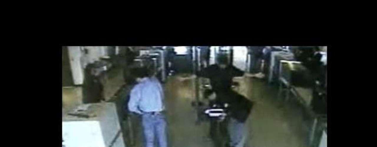 07:18:00 - Aeropuerto Internacional de Dulles, Washington. Un segundo grupo de secuestradores aborda el vuelo No.77 de AAA.