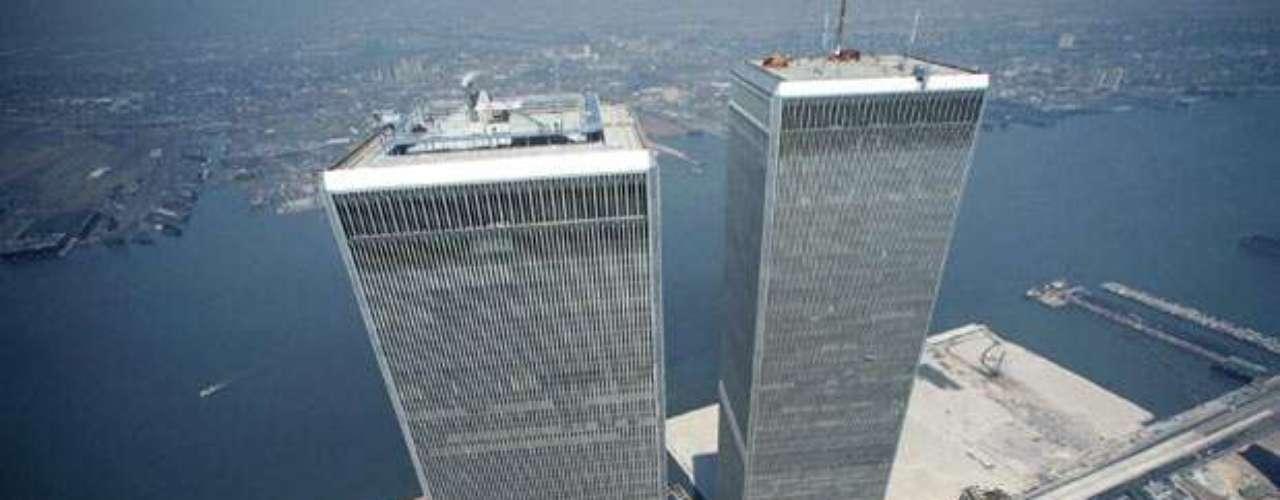 El WTC empezó a edificarse el 5 de agosto de 1966 con la torre norte. Gran parte del material extraído en la excavación de los cimientos fue usado en la edificación del Battery Park City, sobre el lado oeste de Manhattan.