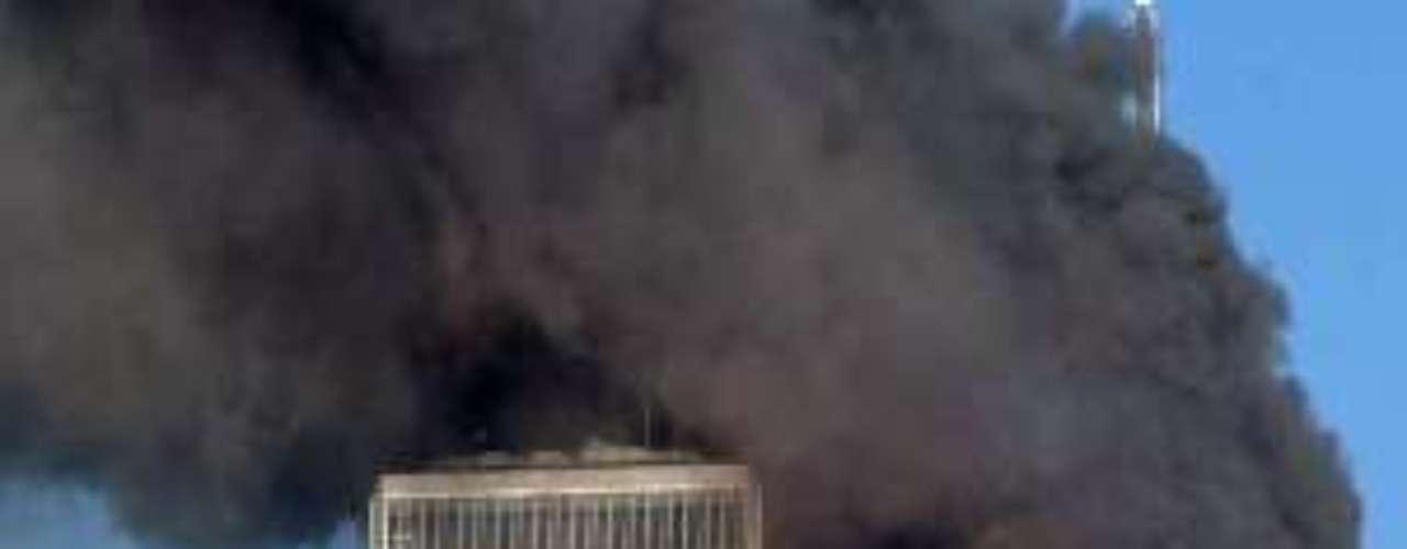 09:03:11- El Boeing 767corta el edificio desde el piso 77 al 85.