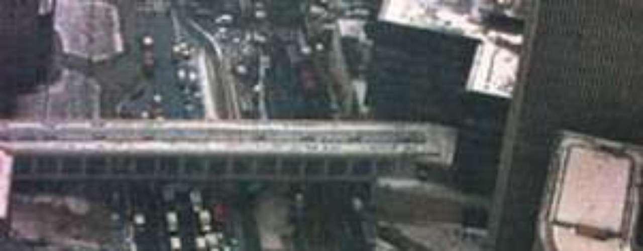 El 26 de febrero de 1993, a las 12:17 del mediodía se cometió un atentado terrorista con un vehículo bomba que albergaba 680 kilogramos de explosivos en los aparcamientos de la torre norte, en el subsuelo del complejo, por debajo del WTC 5.