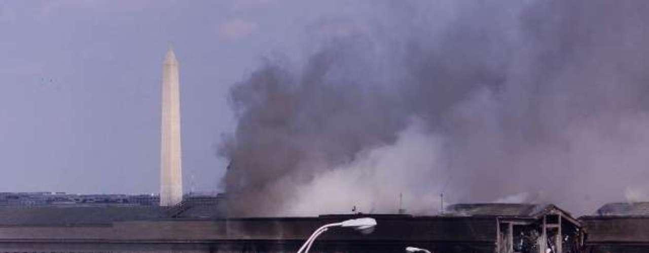 09:37:46 - El vuelo No.77 de American Airlines se estrella contra el Pentágono.