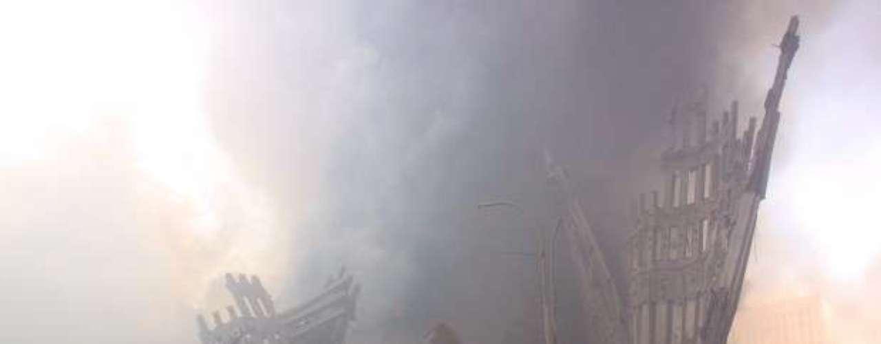 10:03:11 - La Torre Norte colapsa, unas 1.400 personas dentro y en los alrededores del edificio mueren.