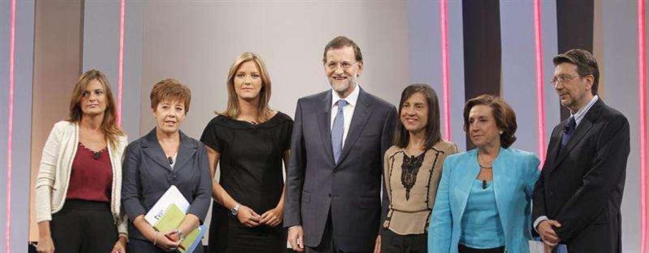 El presidente del Gobierno, Mariano Rajoy (c) posa junto a las periodistas (izq a dcha) Pilar González, Carmen del Riego, María Casado, Anabel Pérez, Victoria Prego e Ignacio Casado.