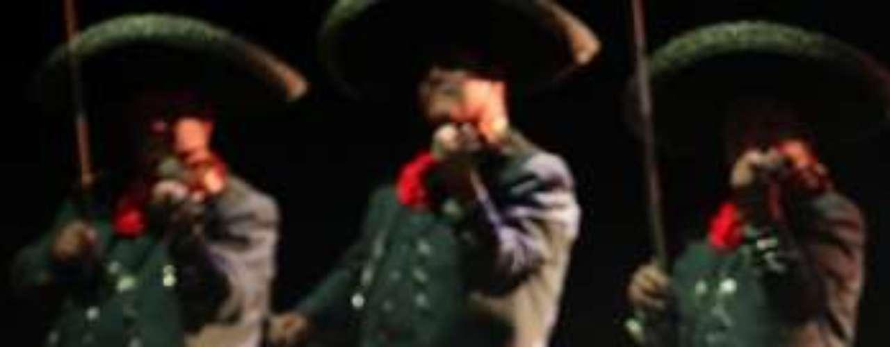 Acompañado de mariachi, \